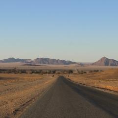 Kilometer um Kilometer verbringt man auf manchmal so gut ausgebauten Straßen wie dieser, um von einer Touristenattraktion zur nächsten zu kommen. Da können 300 Kilometer auch schonmal zur Tagestour werden, wenn die Straßenbedingungen höchstens 80 km/h zulassen