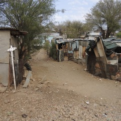Hütten in einem Township am Rande Windhoeks - die rasant wachsende Stadt bietet im Zentrum zwar Malls und Shoppingmeilen, aber große Teile der Bevölkerung leben in solchen notdürftigen Behausungen ohne fließendes Wasser oder Strom