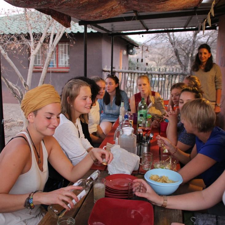 Am Samstagabend haben wir Johannas und Leonies Geburtstag gefeiert und mit den anderen Freiwilligen unserer Organisation in Namibia gegrillt
