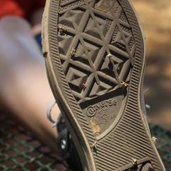 Unter einem Baum konnten wir uns im Schatten ausruhen und wir nutzten die Pause auch gleich, um die Dornen aus unseren Schuhsohlen zu ziehen