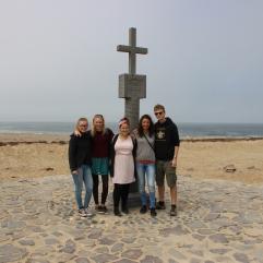 Unsere Gruppe vor einer Nachbildung des Kreuzes, das der portugiesische Entdecker hier aufgestellt hatte
