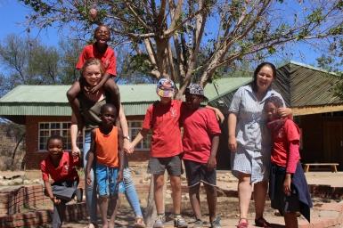 2018 mit den Kindern aus dem Afternoon Care und meiner Mitfreiwilligen in Namibia