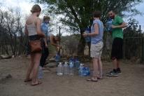 Die anderen Freiwilligen müssen ihr Trinkwasser immer in Kanistern kaufen. Da haben sie den Luxus unseres Bohrlochs mal so richtig ausgenutzt...