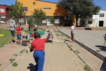 Wir Volunteers haben für die Kinderbespaßung gesorgt: mit den Klassikern Dosenwerfen...