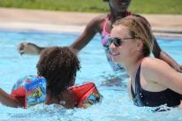 Am Samstagmorgen waren Sascha und ich im Freibad, weil uns die Klassenlehrerin der Ersten zu ihrem Treffen mit Eltern und Schülern eingeladen hat. Obwohl es seit Wochen total heiß ist, war es für uns das erste Mal im Pool in Namibia. Man höre und staune.