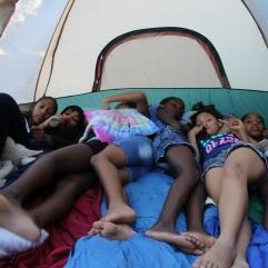 Und während sich die Mädels in ein Zelt quetschen...
