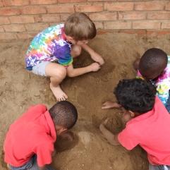 Die Kinder genießen es aktuell sehr, draußen zu spielen. In wenigen Wochen wird es nachmittags schon so kalt werden, dass das nicht mehr so viel möglich sein wird.