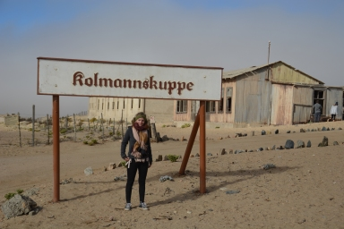 Kolmanskop wurde Anfang des 20. Jahrhunderts gegründet, nachdem man unweit von Lüderitz in der Wüste Diamanten gefunden hatte.