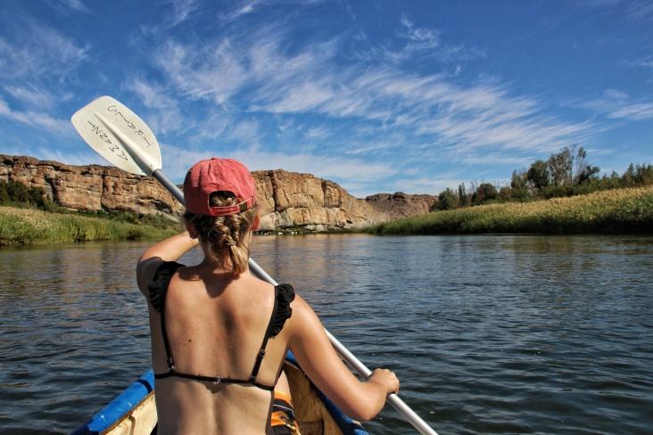 Im Amanzi River Camp konnten wir uns ein Kanu leihen und ein paar Stunden auf dem Wasser geniessen.