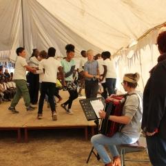 Die sechste Klasse hat Volkstänze aufgeführt und Anna hat dazu auf dem Akkorden gespielt.